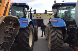 Lidl y Eroski se sientan a negociar con los ganaderos para poner fin al bloqueo de sus centros en Galicia
