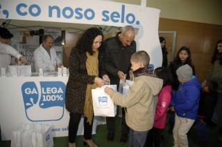 Promoción del sello de leche Galega 100% en el mercado de Curtis