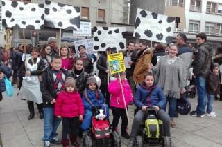 Ganaderas de Lugo se manifiestan con sus hijos para exigir una subida en el precio de la leche