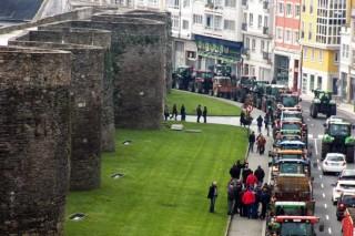 Los ganaderos mantendrán los tractores junto a la muralla de Lugo y convocan una reunión para el lunes