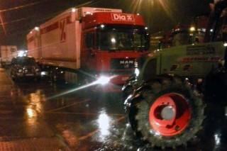 Los tractores consuman el bloqueo del centro logístico de Dia