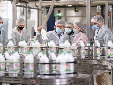 Feijóo quiere transformar en la comunidad tres de cada cuatro litros de leche producidos en Galicia