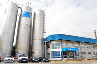 Dos industrias lácteas anuncian subidas en los precios de la leche para compensar el aumento de los costes de producción